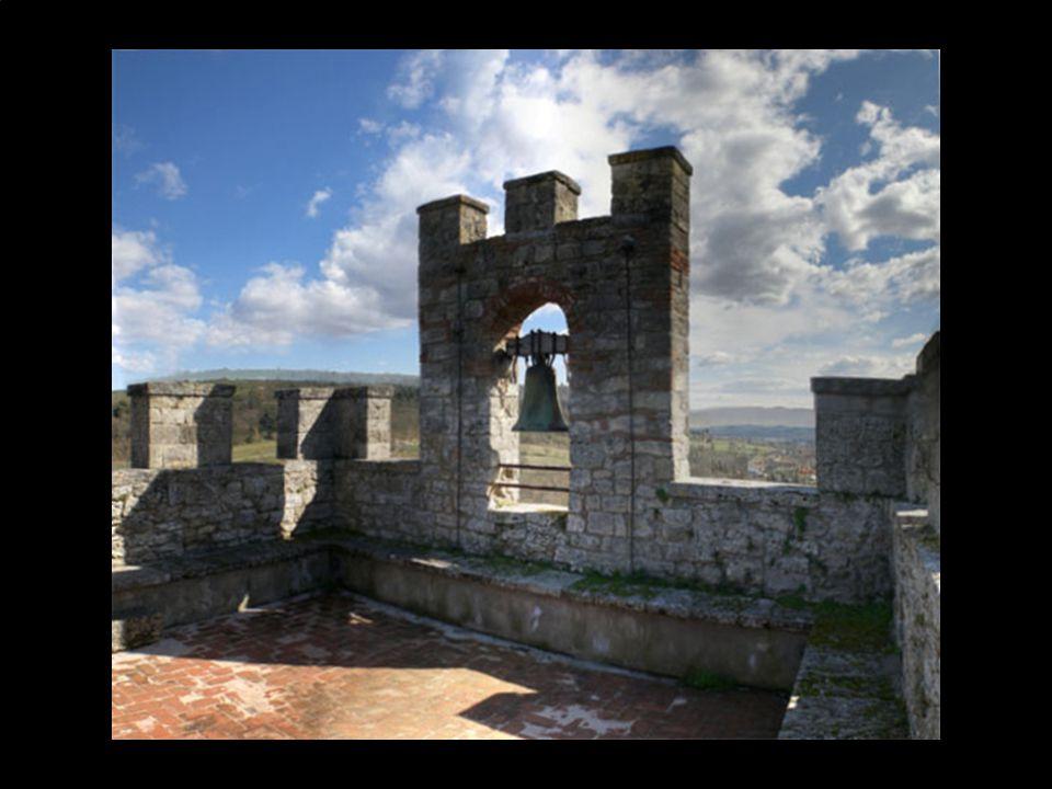 Entrando dalla Porta Franca o Romea, che in origine era dotata di una pesante cancellata che veniva abbassata in caso di pericolo, si accede a Piazza Roma,