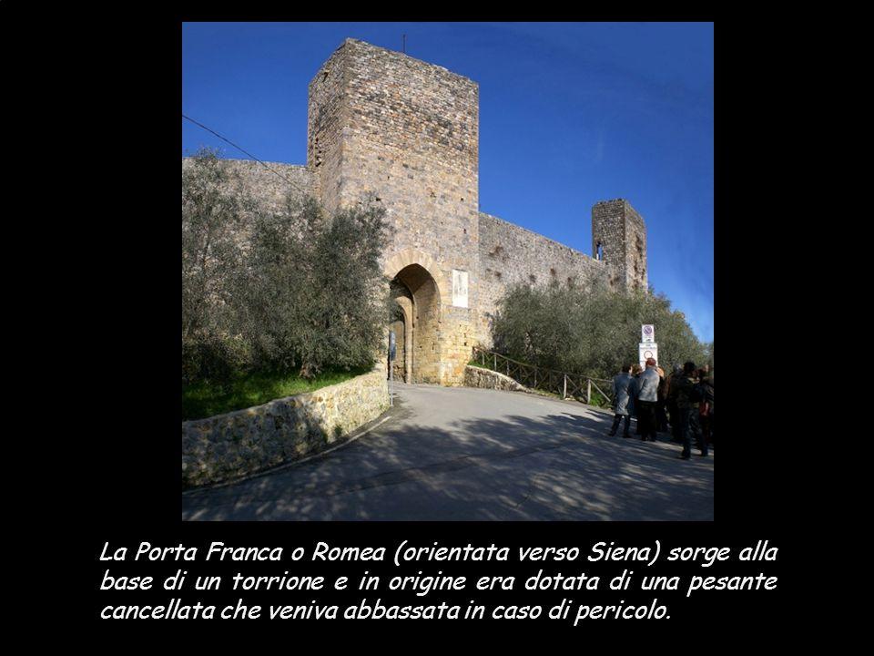 La Porta Franca o Romea (orientata verso Siena) sorge alla base di un torrione e in origine era dotata di una pesante cancellata che veniva abbassata in caso di pericolo.