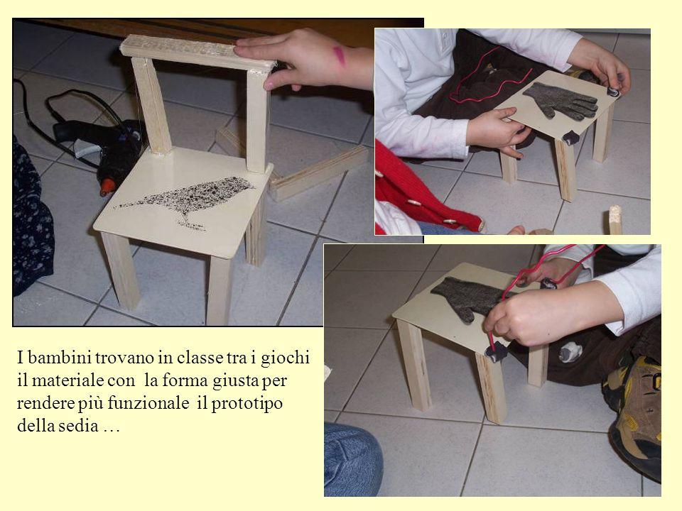 I bambini trovano in classe tra i giochi