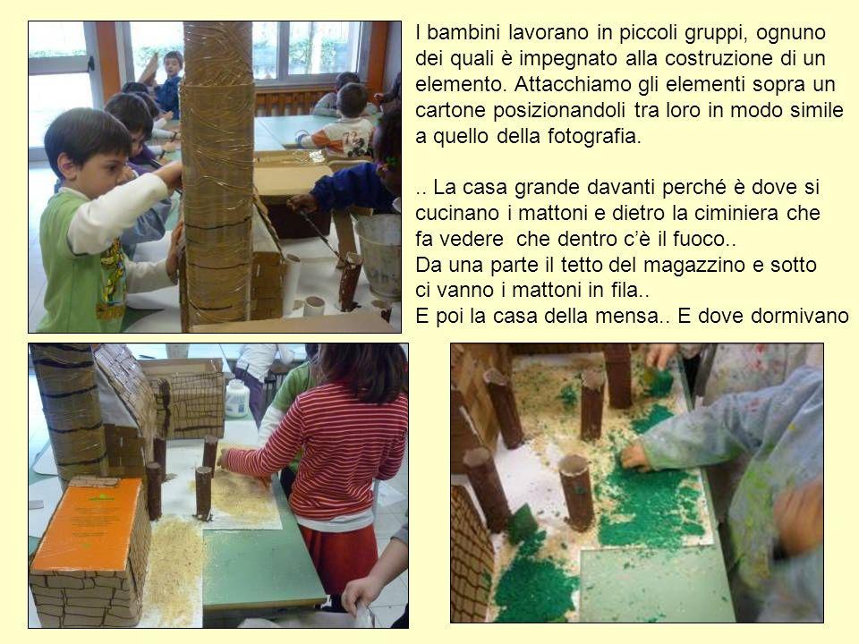I bambini lavorano in piccoli gruppi, ognuno