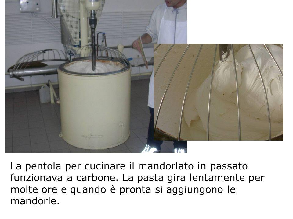 La pentola per cucinare il mandorlato in passato funzionava a carbone