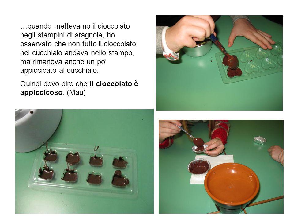 …quando mettevamo il cioccolato negli stampini di stagnola, ho osservato che non tutto il cioccolato nel cucchiaio andava nello stampo, ma rimaneva anche un po' appiccicato al cucchiaio.