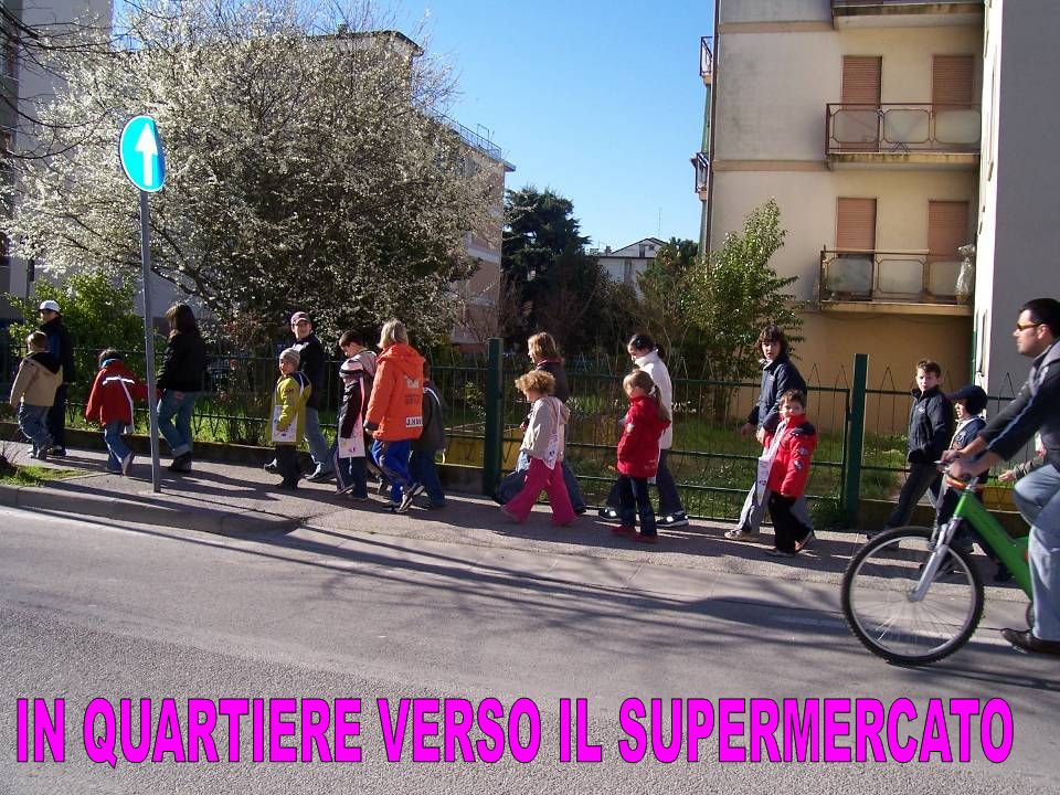 IN QUARTIERE VERSO IL SUPERMERCATO