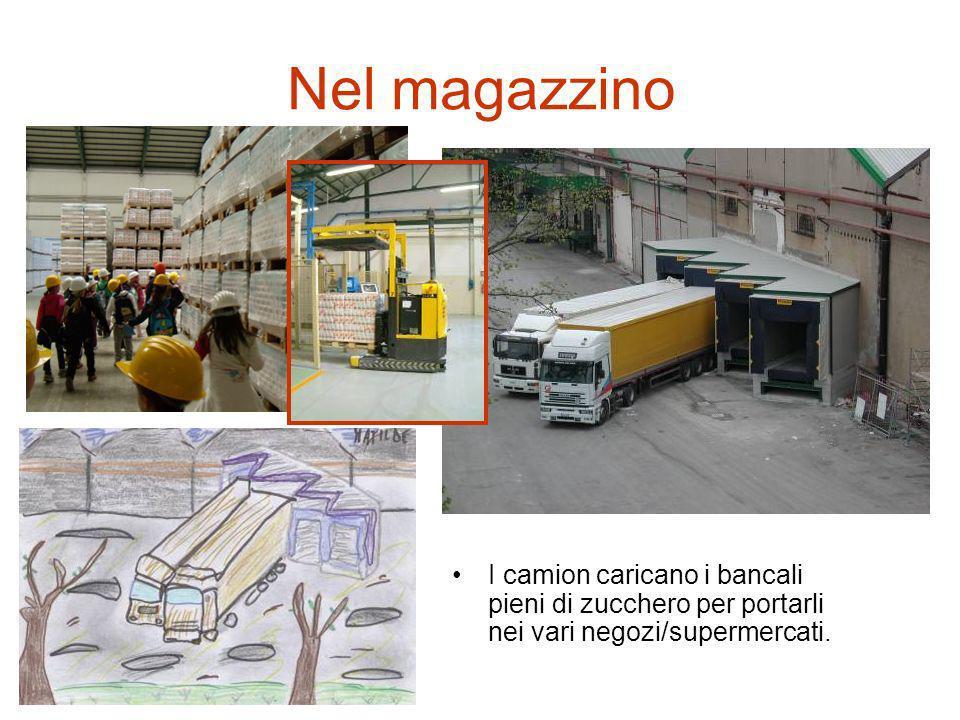Nel magazzino I camion caricano i bancali pieni di zucchero per portarli nei vari negozi/supermercati.