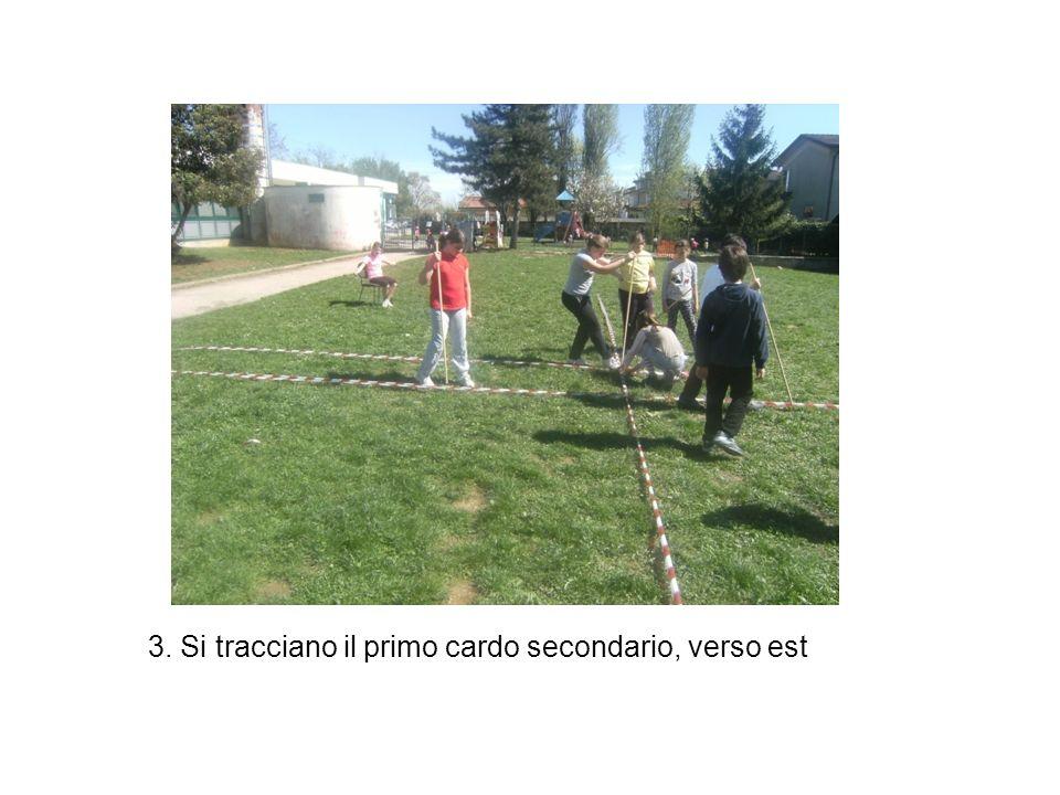 3. Si tracciano il primo cardo secondario, verso est