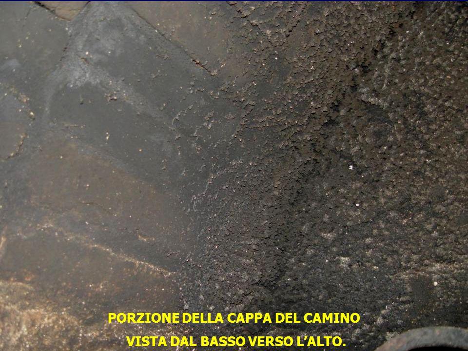 PORZIONE DELLA CAPPA DEL CAMINO VISTA DAL BASSO VERSO L'ALTO.