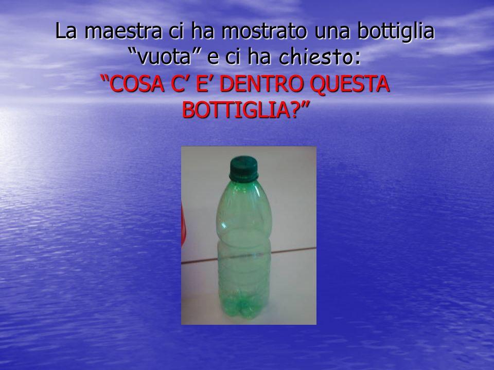 La maestra ci ha mostrato una bottiglia vuota e ci ha chiesto: