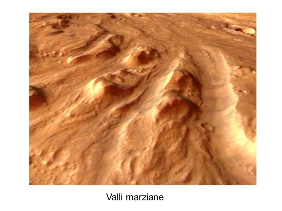 Le foto dei satelliti mostrano infatti strutture che si possono essere formate solo a seguito del deflusso di grandi quantità d'acqua e fanno ipotizzare addirittura l'esistenza di un vasto oceano che copriva gran parte dell'emisfero nord del pianeta. Qualcosa però è cambiato nell'atmosfera di Marte, probabilmente intorno a 3.8 miliardi di anni fa, perché ora le sue caratteristiche non sembrano permettere più la presenza permanente di acqua allo stato liquido sulla superficie.