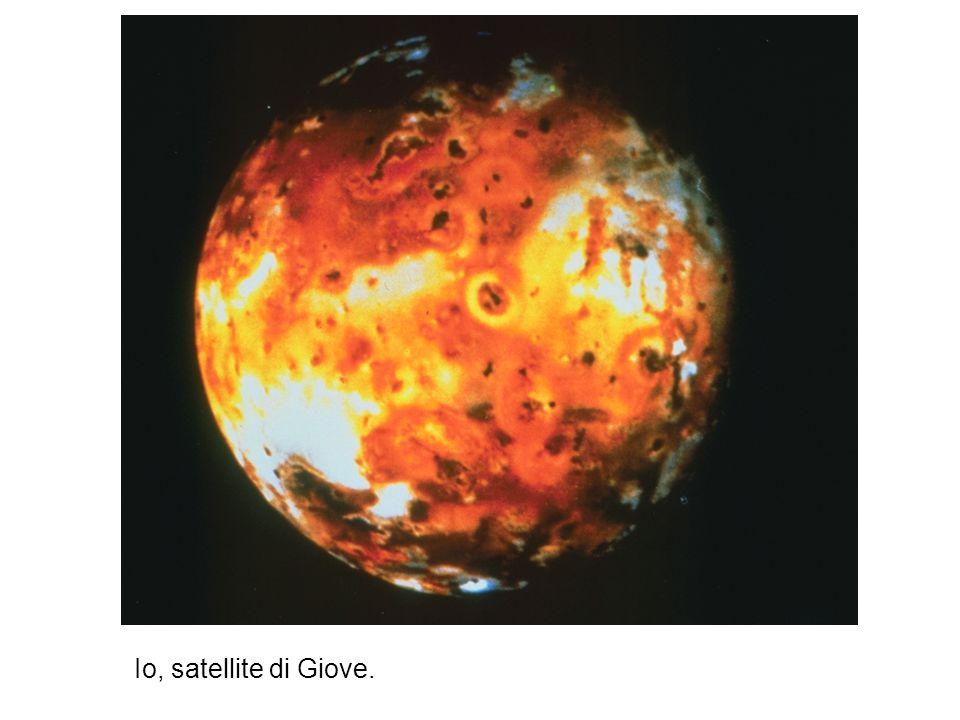 Io, satellite di Giove. Ha circa le dimensioni della Luna ed e il piu vicino a Giove, tormentato dal potente campo magnetico e dalle forze mareali del pianeta. E stato il primo corpo del sistema solare, oltre alla Terra, a rivelarsi ancora vulcanicamente molto attivo.