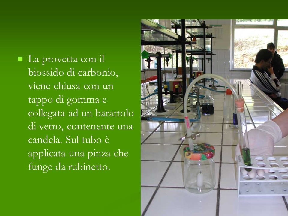 La provetta con il biossido di carbonio, viene chiusa con un tappo di gomma e collegata ad un barattolo di vetro, contenente una candela.