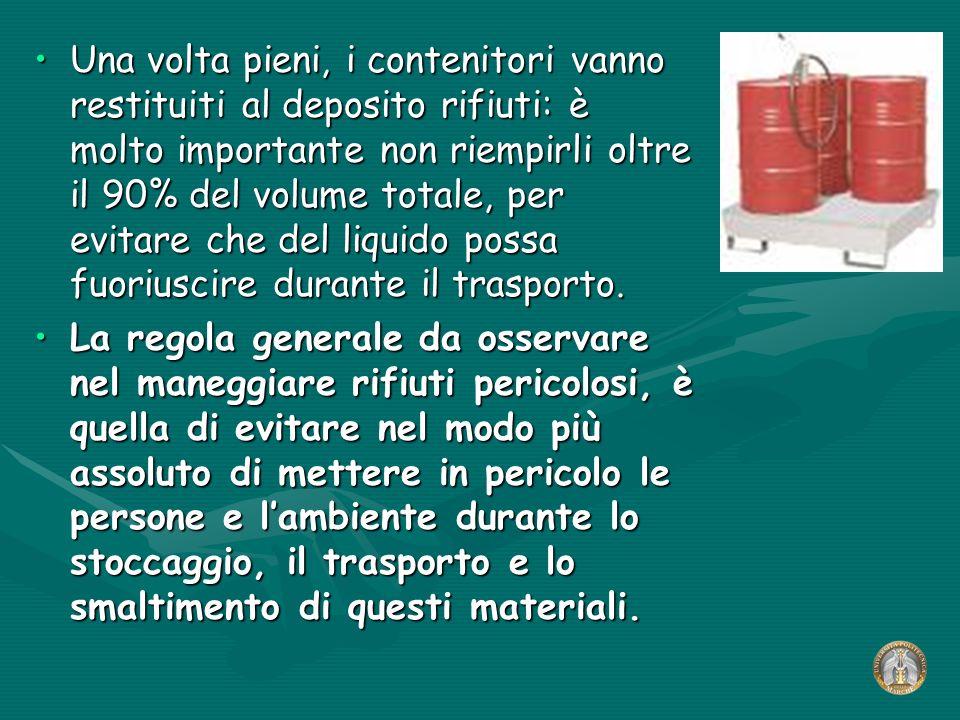 Una volta pieni, i contenitori vanno restituiti al deposito rifiuti: è molto importante non riempirli oltre il 90% del volume totale, per evitare che del liquido possa fuoriuscire durante il trasporto.