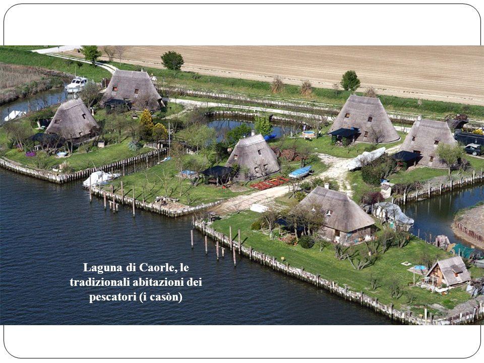 Laguna di Caorle, le tradizionali abitazioni dei pescatori (i casòn)