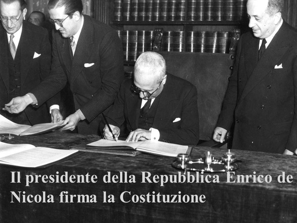 Il presidente della Repubblica Enrico de Nicola firma la Costituzione