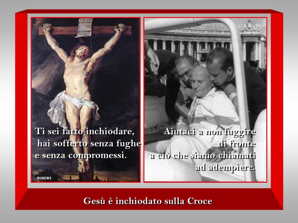 Gesù è inchiodato sulla Croce