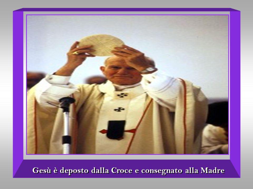 Gesù è deposto dalla Croce e consegnato alla Madre