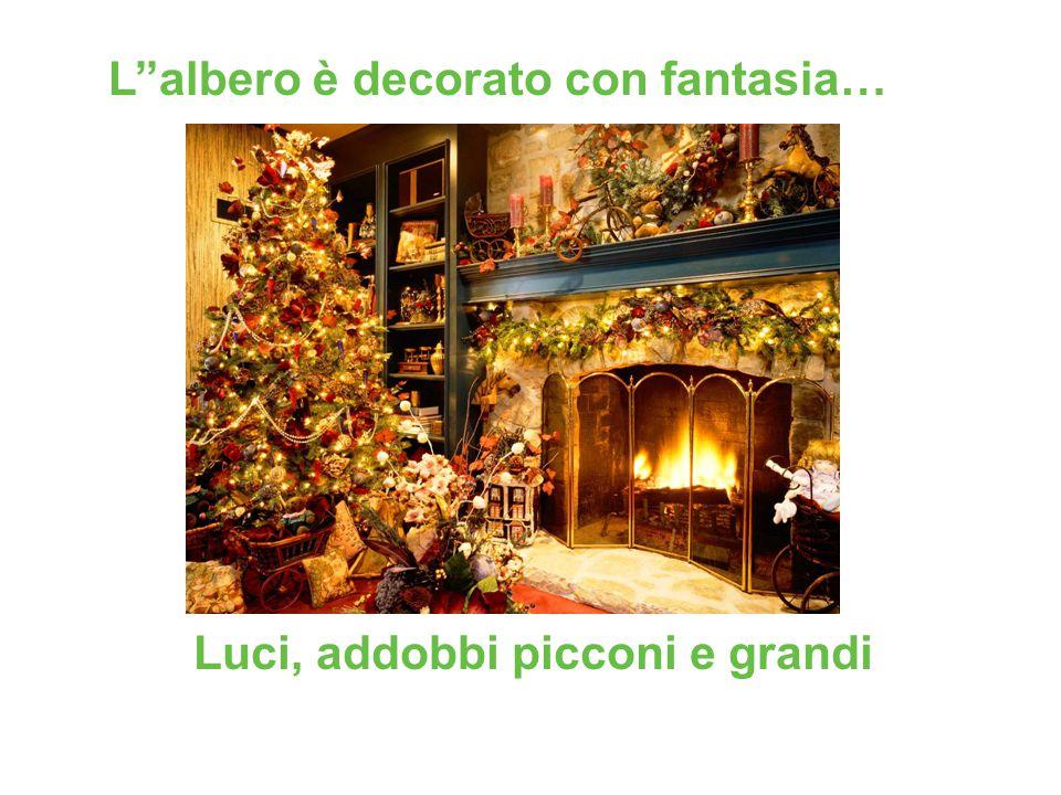 L''albero è decorato con fantasia…