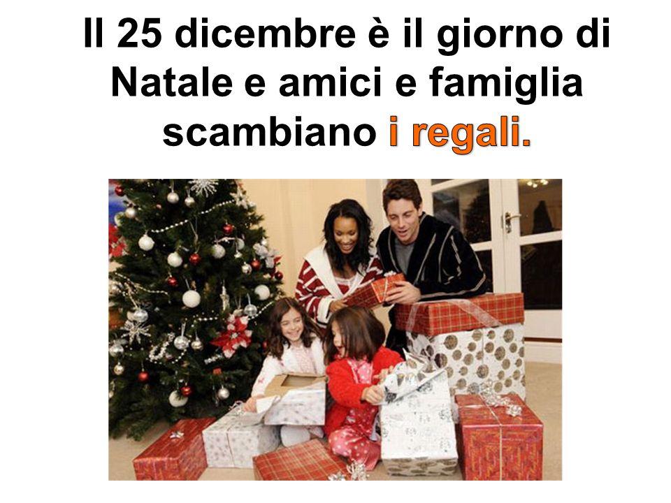 Il 25 dicembre è il giorno di Natale e amici e famiglia scambiano i regali.