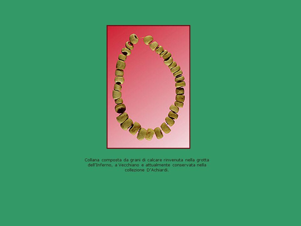 Collana composta da grani di calcare rinvenuta nella grotta dell'Inferno, a Vecchiano e attualmente conservata nella collezione D'Achiardi.