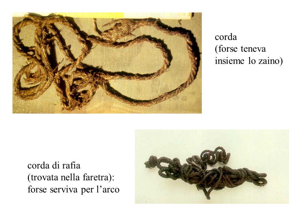 corda (forse teneva. insieme lo zaino) corda di rafia.