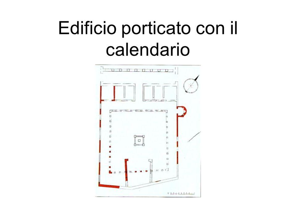 Edificio porticato con il calendario