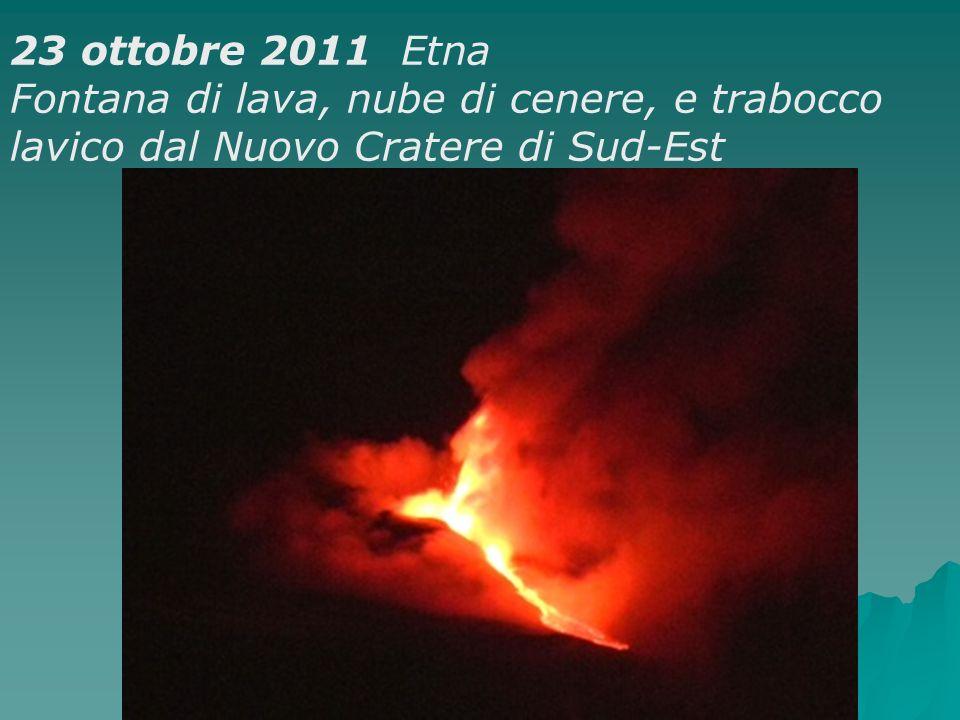 23 ottobre 2011 Etna Fontana di lava, nube di cenere, e trabocco lavico dal Nuovo Cratere di Sud-Est.