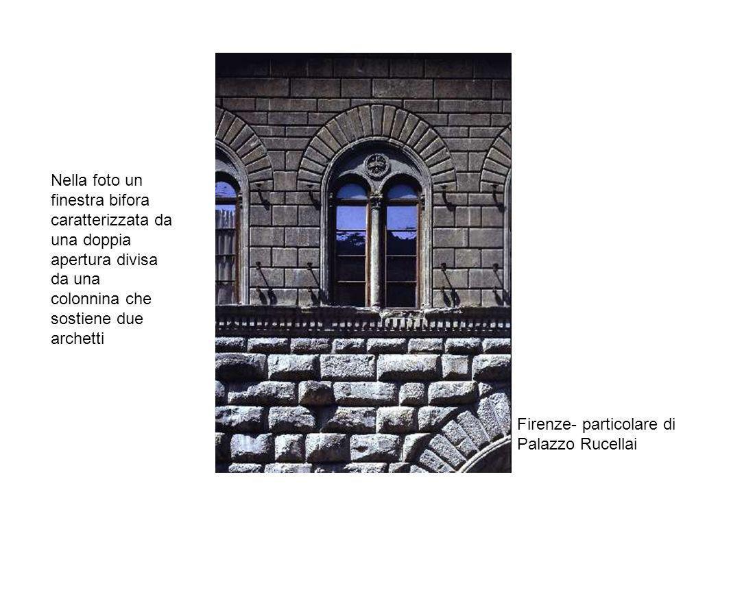 Nella foto un finestra bifora caratterizzata da una doppia apertura divisa da una colonnina che sostiene due archetti
