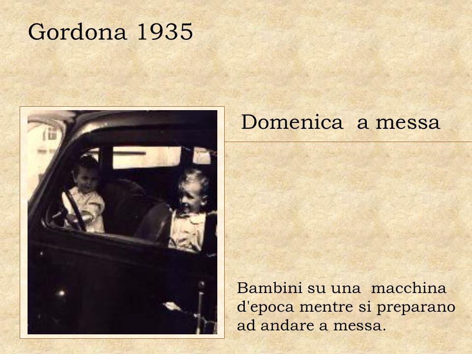 Gordona 1935 Domenica a messa Bambini su una macchina