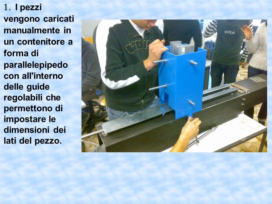 1. I pezzi vengono caricati manualmente in un contenitore a forma di parallelepipedo