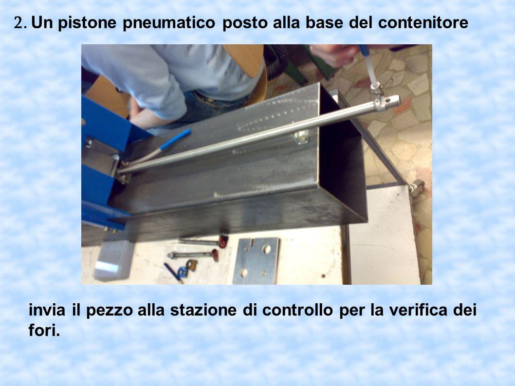 2. Un pistone pneumatico posto alla base del contenitore
