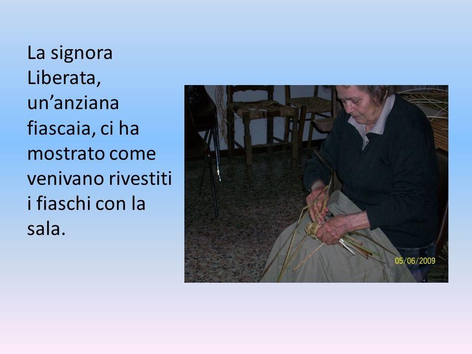 La signora Liberata, un'anziana fiascaia, ci ha mostrato come venivano rivestiti i fiaschi con la sala.