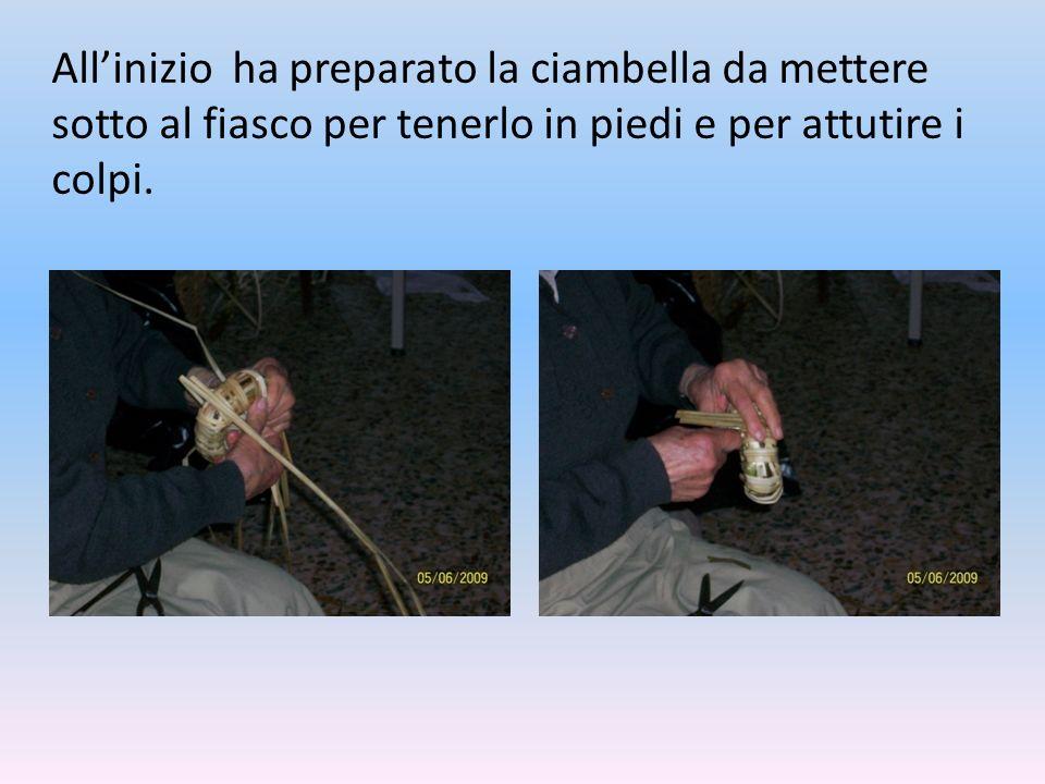 All'inizio ha preparato la ciambella da mettere sotto al fiasco per tenerlo in piedi e per attutire i colpi.