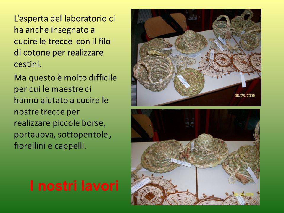 L'esperta del laboratorio ci ha anche insegnato a cucire le trecce con il filo di cotone per realizzare cestini.
