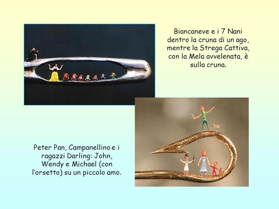 Biancaneve e i 7 Nani dentro la cruna di un ago, mentre la Strega Cattiva, con la Mela avvelenata, è sulla cruna.