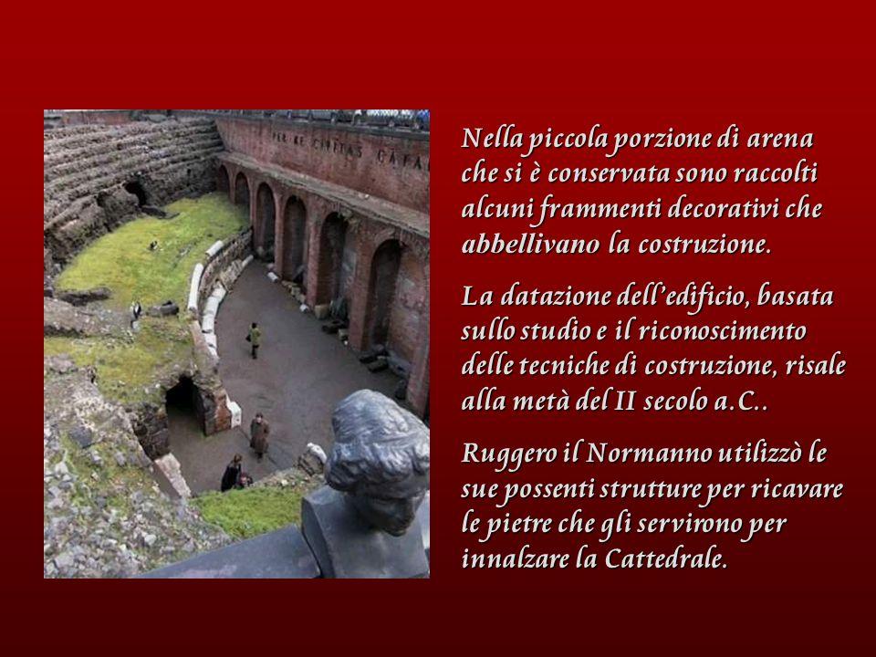 Nella piccola porzione di arena che si è conservata sono raccolti alcuni frammenti decorativi che abbellivano la costruzione.