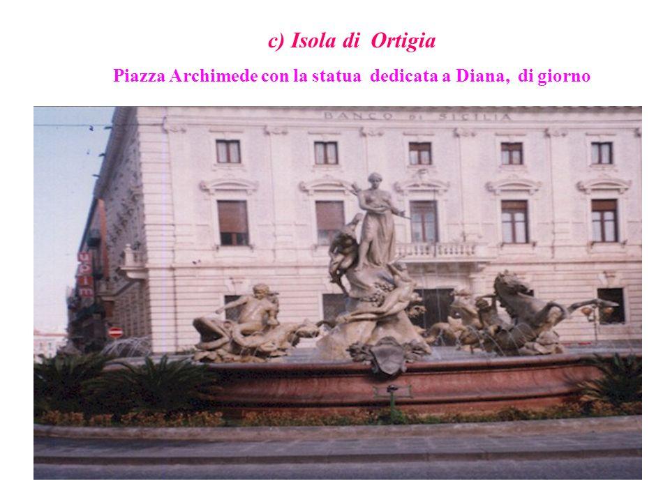 Piazza Archimede con la statua dedicata a Diana, di giorno