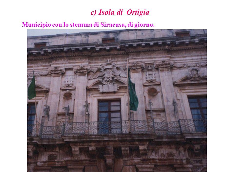 c) Isola di Ortigia Municipio con lo stemma di Siracusa, di giorno.