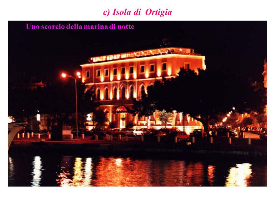 c) Isola di Ortigia Uno scorcio della marina di notte