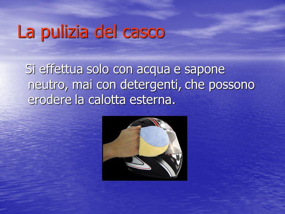 La pulizia del casco Si effettua solo con acqua e sapone neutro, mai con detergenti, che possono erodere la calotta esterna.