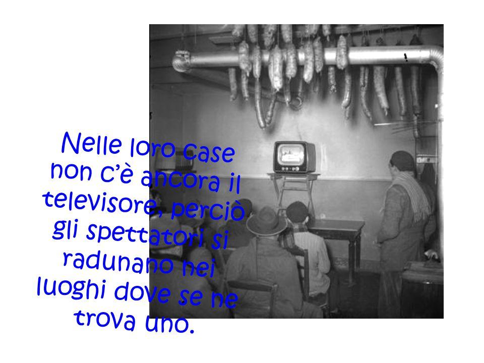 Nelle loro case non c'è ancora il televisore, perciò gli spettatori si radunano nei luoghi dove se ne trova uno.
