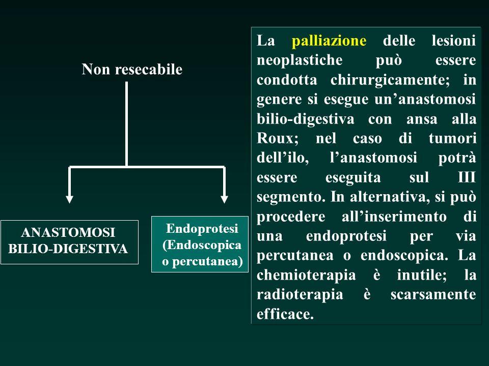 La palliazione delle lesioni neoplastiche può essere condotta chirurgicamente; in genere si esegue un'anastomosi bilio-digestiva con ansa alla Roux; nel caso di tumori dell'ilo, l'anastomosi potrà essere eseguita sul III segmento. In alternativa, si può procedere all'inserimento di una endoprotesi per via percutanea o endoscopica. La chemioterapia è inutile; la radioterapia è scarsamente efficace.