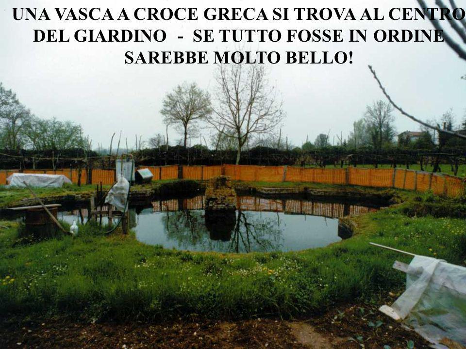 UNA VASCA A CROCE GRECA SI TROVA AL CENTRO DEL GIARDINO - SE TUTTO FOSSE IN ORDINE SAREBBE MOLTO BELLO!