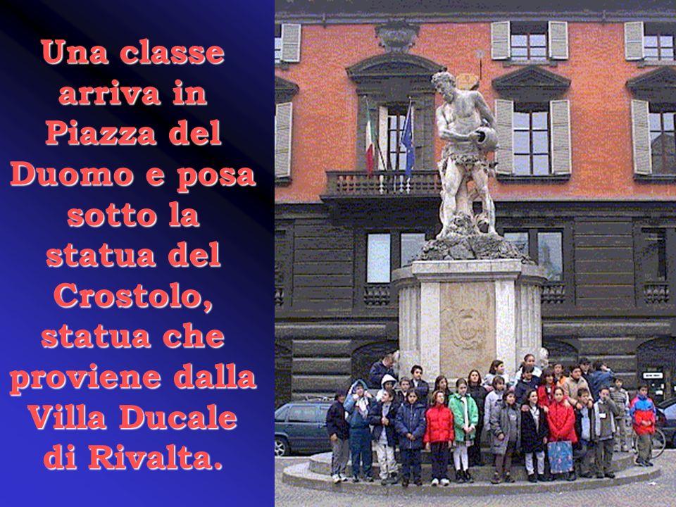 Una classe arriva in Piazza del Duomo e posa sotto la statua del Crostolo, statua che proviene dalla Villa Ducale di Rivalta.