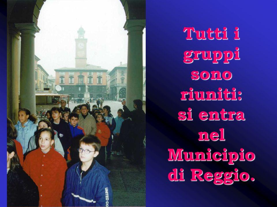 Tutti i gruppi sono riuniti: si entra nel Municipio di Reggio.