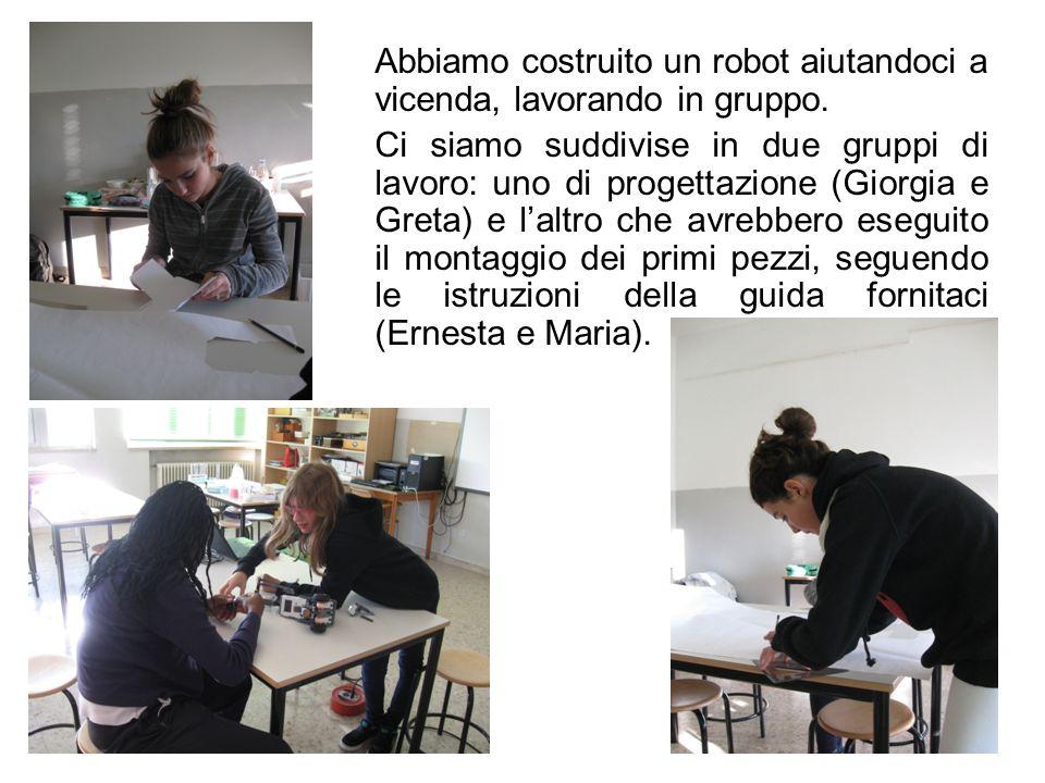 Abbiamo costruito un robot aiutandoci a vicenda, lavorando in gruppo.