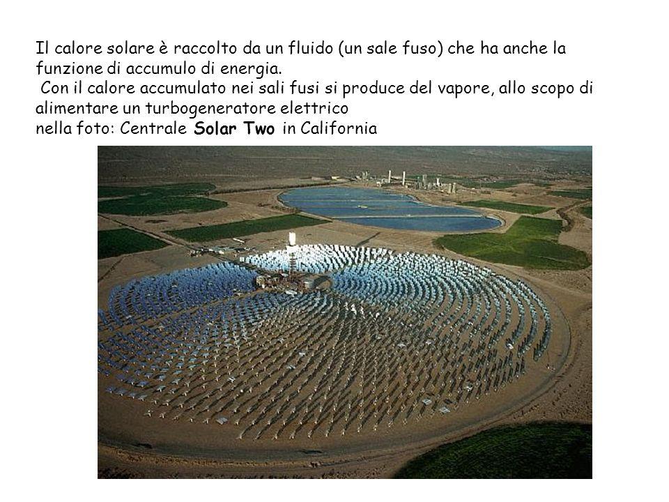 Il calore solare è raccolto da un fluido (un sale fuso) che ha anche la funzione di accumulo di energia. Con il calore accumulato nei sali fusi si produce del vapore, allo scopo di alimentare un turbogeneratore elettrico nella foto: Centrale Solar Two in California
