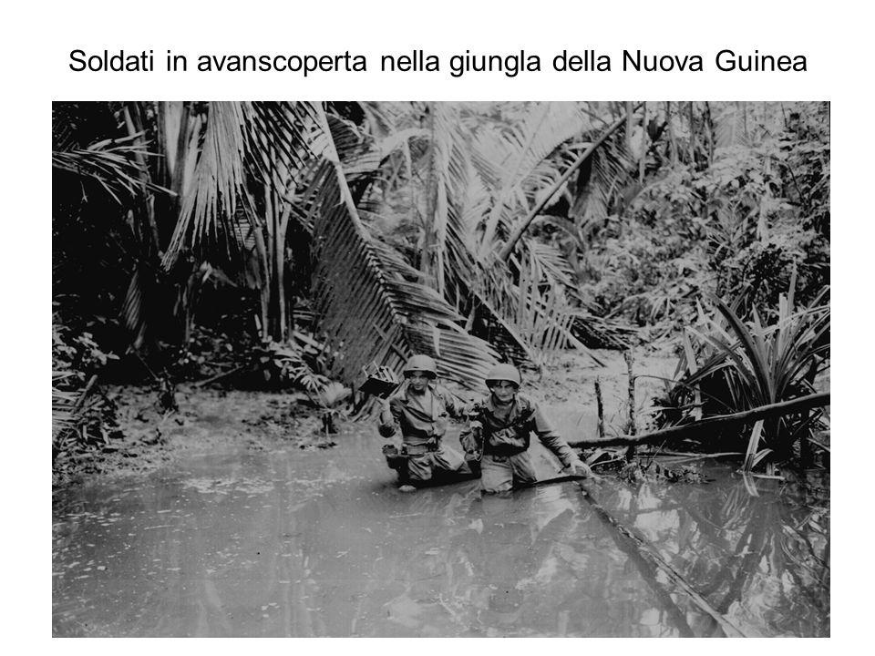 Soldati in avanscoperta nella giungla della Nuova Guinea