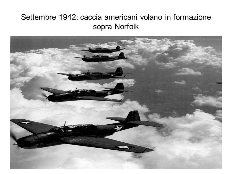 Settembre 1942: caccia americani volano in formazione sopra Norfolk