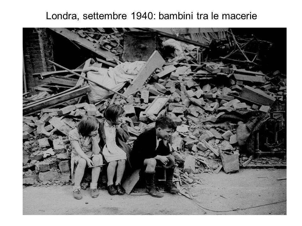 Londra, settembre 1940: bambini tra le macerie