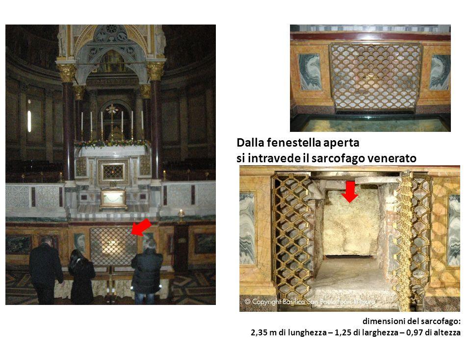 Dalla fenestella aperta si intravede il sarcofago venerato