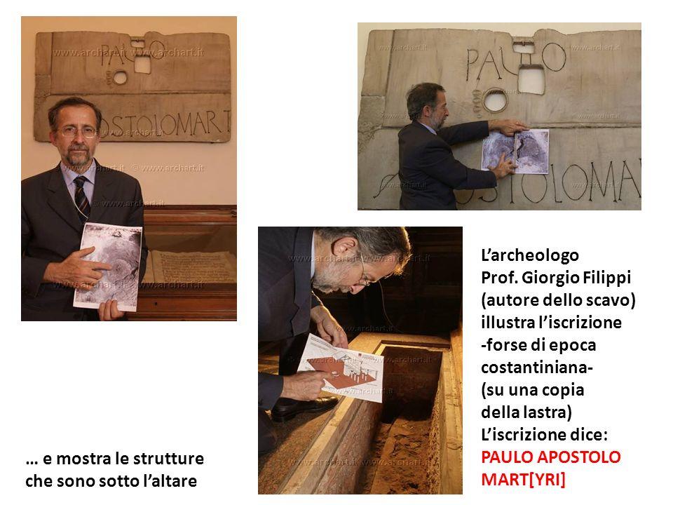 L'archeologo Prof. Giorgio Filippi. (autore dello scavo) illustra l'iscrizione. -forse di epoca.